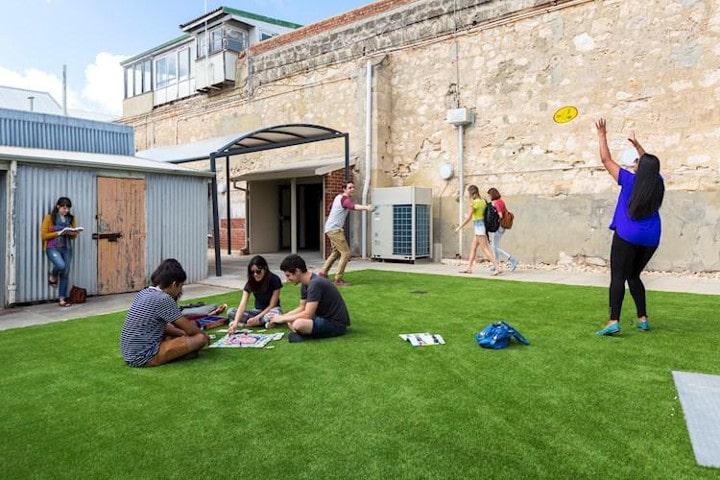 Auberge de jeunesse Fremantle Prison YHA cour - auberges de jeunesse insolites en Australie